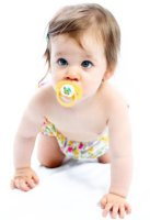 Ребенок 8 месяцев стоит на коленях